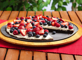 Triple Berry Brownie Pizza is the perfect dessert idea for summer! I mean when you have a brownie as a pizza that is always good!