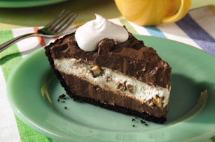 This Candy Bar Pie is the .perfect desert on a warm summer day!