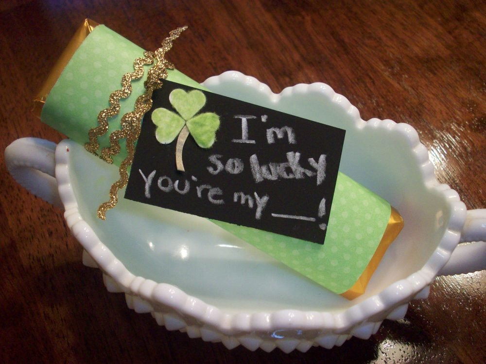 St. Patrick's Day LUCKY Gold Bar - This super cute and frugal DIY project is sure to bring whoever you give it to the luck of the Irish.